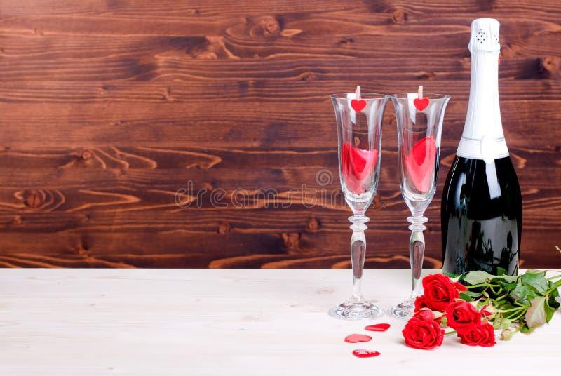 Ημέρα του ρομαντικού βαλεντίνου με τα γυαλιά με τα τριαντάφυλλα και τις καρδιές, cha στοκ εικόνες με δικαίωμα ελεύθερης χρήσης