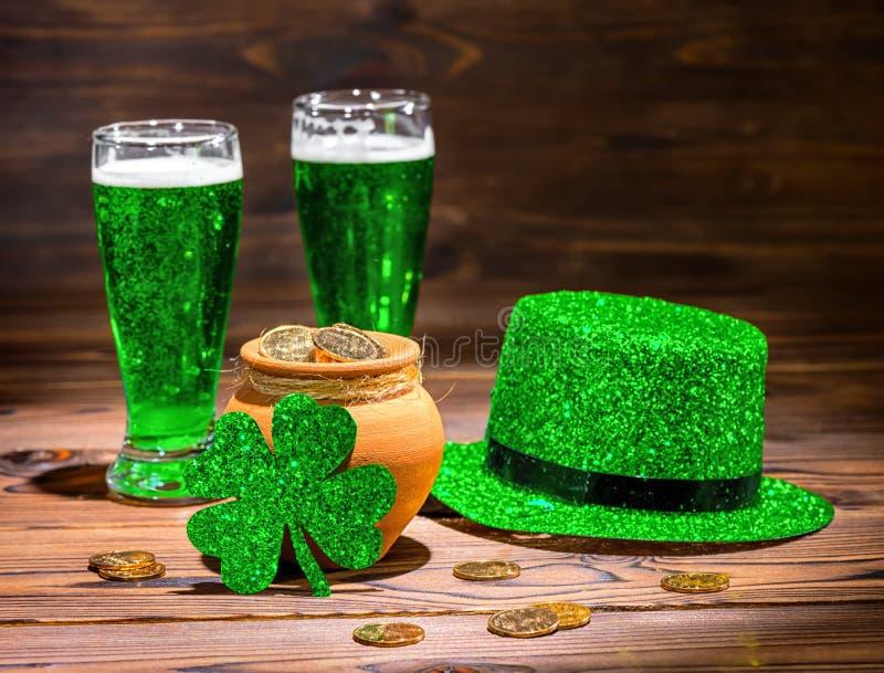 Ημέρα του ST Patricks με τα ποτήρια της πράσινης μπύρας, τριφύλλι φύλλων, leprech στοκ εικόνα