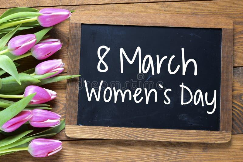 Ημέρα των ευτυχών γυναικών με τις τουλίπες στοκ εικόνες