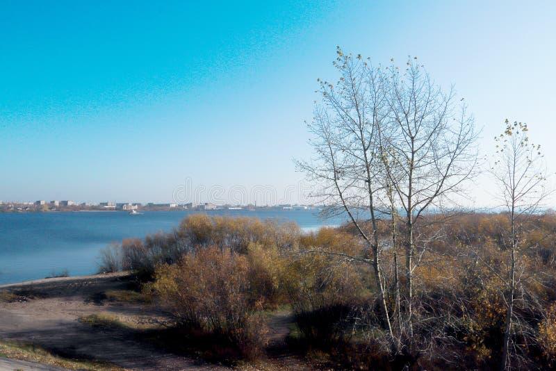 Ημέρα φθινοπώρου στο Αρχάγγελσκ Άποψη του ποταμού βόρειος λιμένας Dvina και ποταμών στο Αρχάγγελσκ στοκ εικόνες