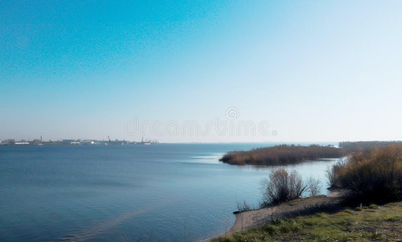 Ημέρα φθινοπώρου στο Αρχάγγελσκ Άποψη του ποταμού βόρειος λιμένας Dvina και ποταμών στο Αρχάγγελσκ στοκ φωτογραφίες