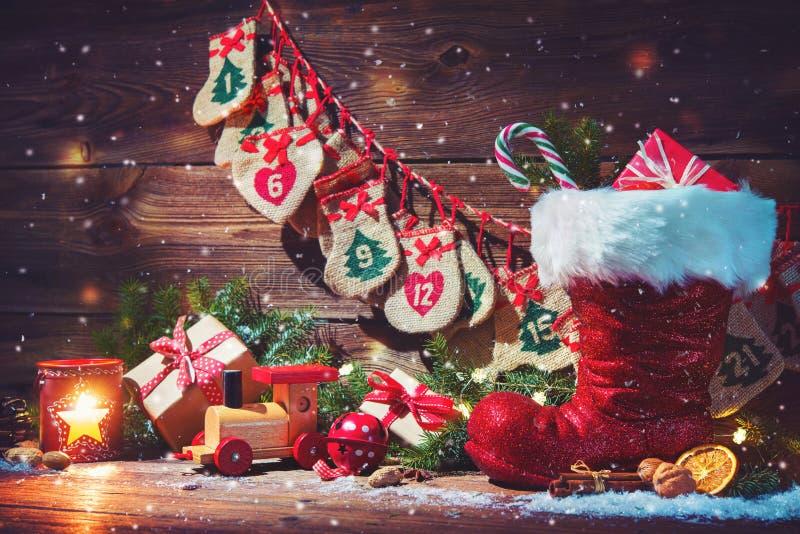 Ημερολόγιο εμφάνισης και παπούτσι Santa ` s με τα δώρα στην αγροτική ξύλινη ΤΣΕ στοκ φωτογραφία με δικαίωμα ελεύθερης χρήσης