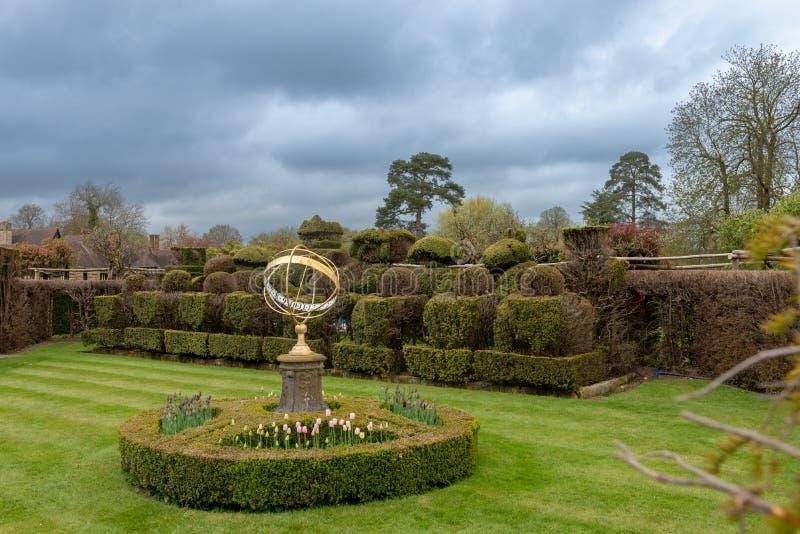 Ημερολόγιο ηλιακών ρολογιών στον κήπο στοκ φωτογραφίες