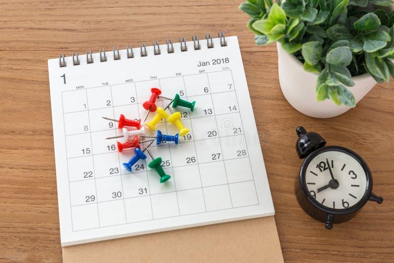 Ημερολόγιο 2018 με τις καρφίτσες στοκ φωτογραφίες