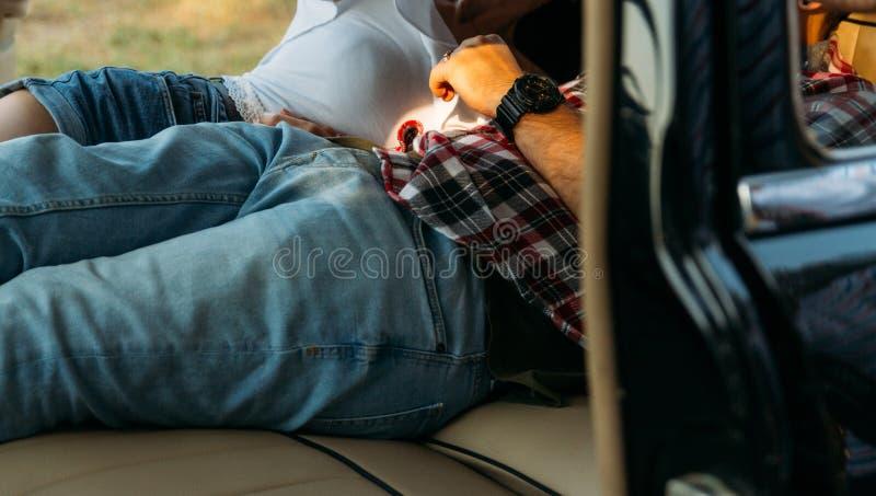 ημερομηνία στο αυτοκίνητο άνθρωποι που βρίσκονται στο αυτοκίνητο και κρατούν τα χέρια κοιτάξτε μέσω του παραθύρου στο αυτοκίνητο  στοκ φωτογραφίες
