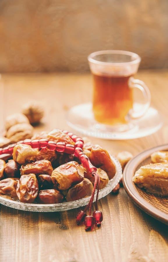 Ημερομηνίες, rosaries και baklava ramadan Εκλεκτική εστίαση στοκ εικόνες