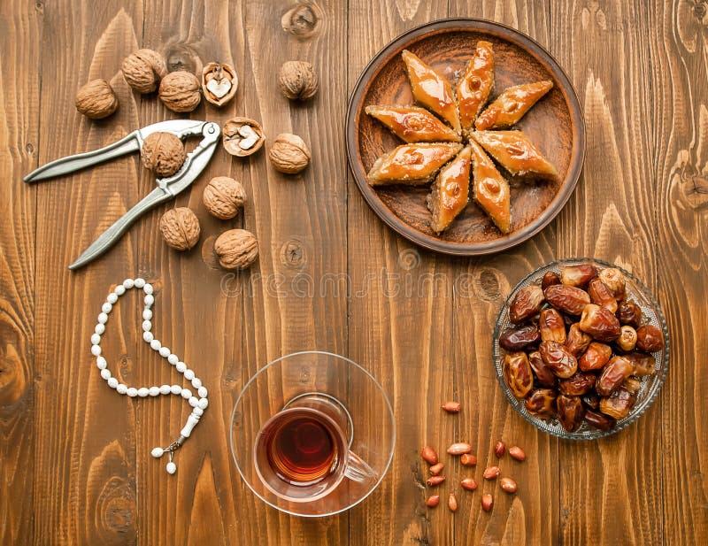 Ημερομηνίες, rosaries και baklava ramadan Εκλεκτική εστίαση στοκ φωτογραφία με δικαίωμα ελεύθερης χρήσης