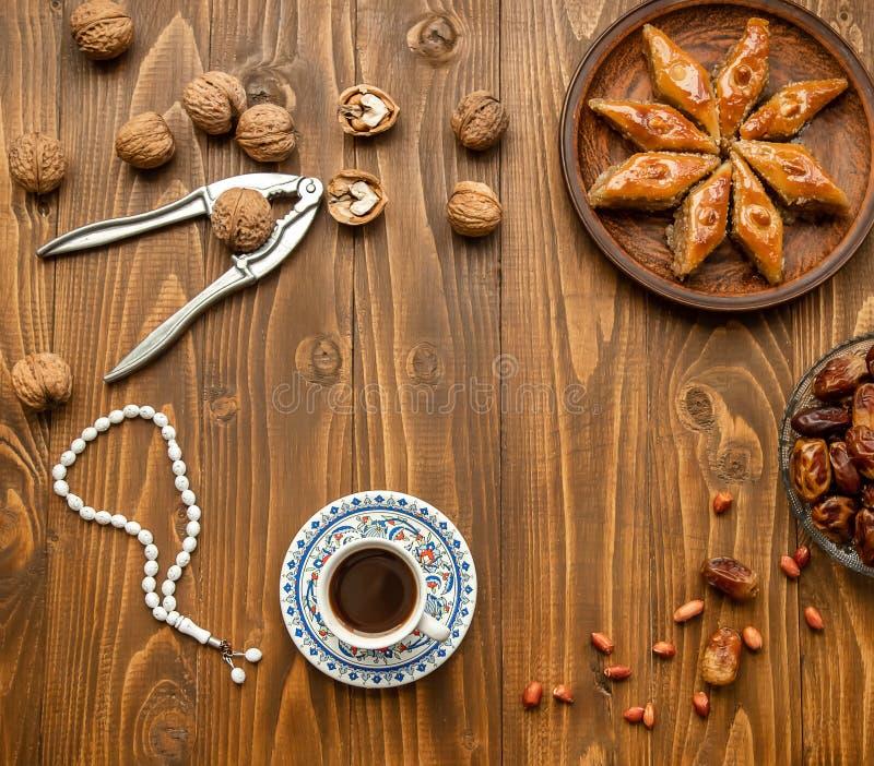 Ημερομηνίες, rosaries και baklava ramadan Εκλεκτική εστίαση στοκ εικόνες με δικαίωμα ελεύθερης χρήσης