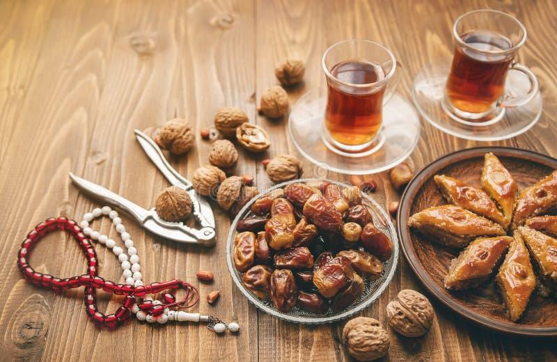 Ημερομηνίες, rosaries και baklava ramadan Εκλεκτική εστίαση στοκ φωτογραφίες