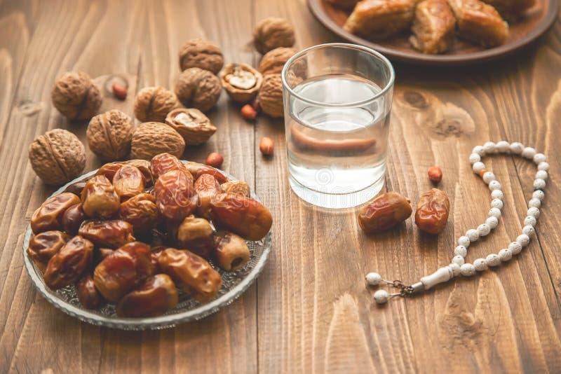 Ημερομηνίες, rosaries και baklava ramadan r στοκ φωτογραφίες