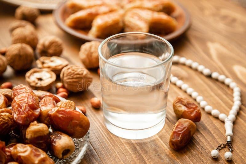 Ημερομηνίες, rosaries και baklava ramadan r στοκ εικόνα