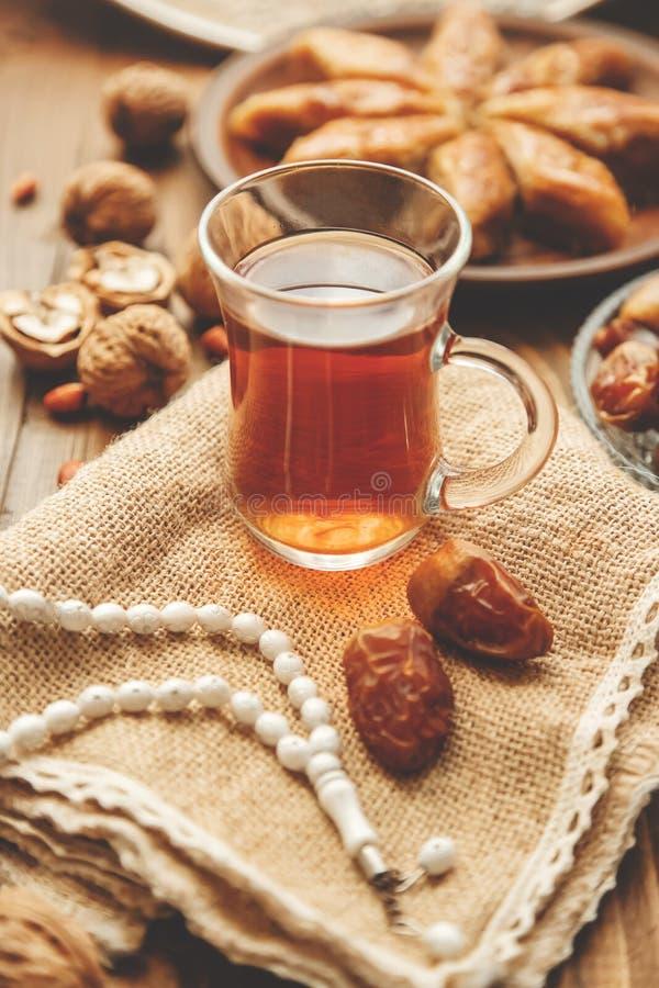 Ημερομηνίες, rosaries και baklava ramadan r στοκ εικόνες με δικαίωμα ελεύθερης χρήσης