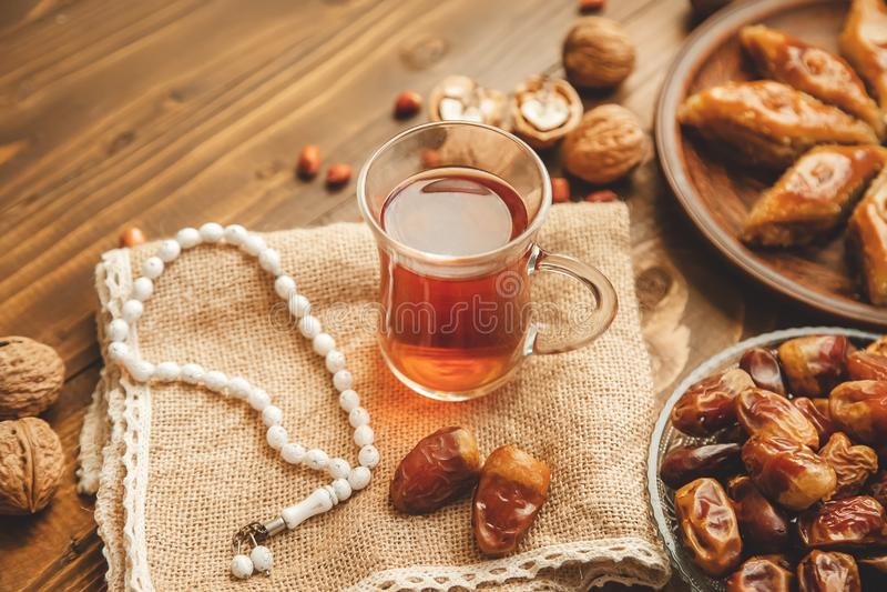 Ημερομηνίες, rosaries και baklava ramadan r στοκ εικόνα με δικαίωμα ελεύθερης χρήσης