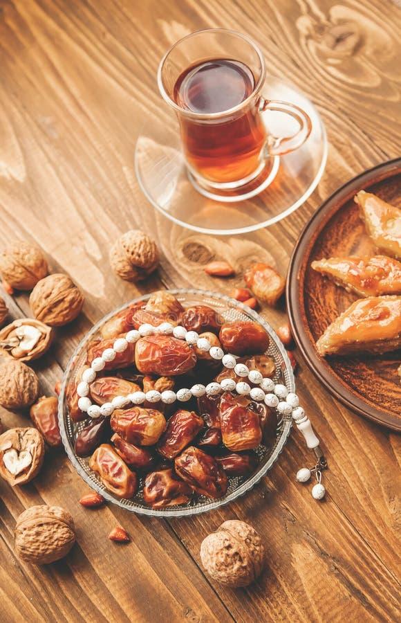 Ημερομηνίες, rosaries και baklava ramadan r στοκ εικόνες