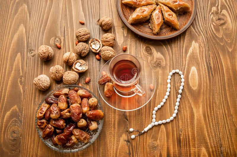 Ημερομηνίες, rosaries και baklava ramadan r στοκ φωτογραφία
