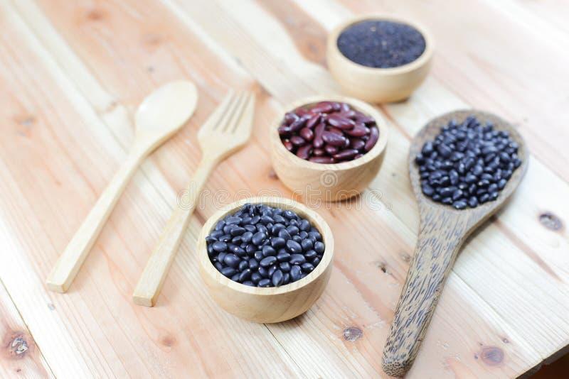 δημητριακά στα ξύλινα πιάτα στο ξύλινο υπόβαθρο στοκ φωτογραφίες με δικαίωμα ελεύθερης χρήσης