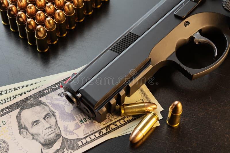 Ημιαυτόματες πιστόλι και σφαίρες στα τραπεζογραμμάτια δολαρίων που σχεδιάζονται στο μαύρο πίνακα στοκ εικόνες με δικαίωμα ελεύθερης χρήσης