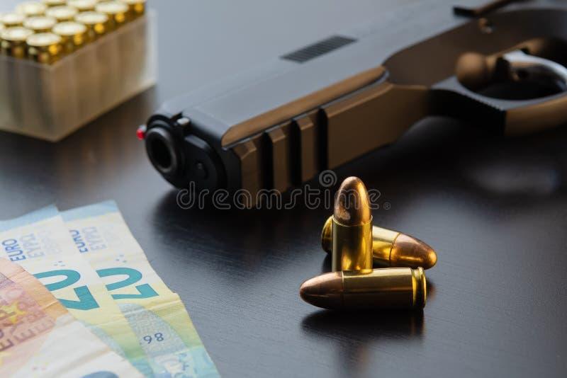 Ημιαυτόματο πιστόλι, σφαίρες και ευρο- τραπεζογραμμάτια που σχεδιάζονται στο μαύρο πίνακα στοκ εικόνες