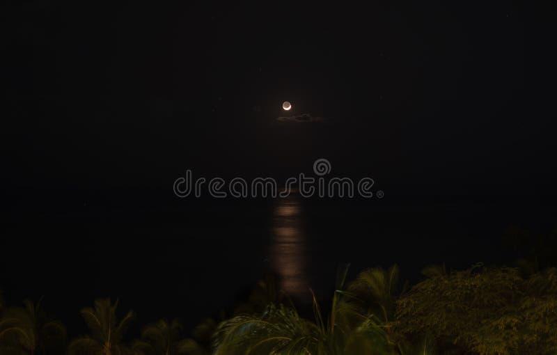 Ημισεληνοειδές φεγγάρι πέρα από το Ειρηνικό Ωκεανό στοκ εικόνα με δικαίωμα ελεύθερης χρήσης