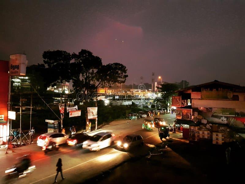 ημισεληνοειδής βροχή νύχτας πόλεων στοκ φωτογραφία με δικαίωμα ελεύθερης χρήσης