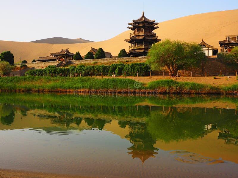 Ημισεληνοειδής άνοιξη φεγγαριών, Dunhuang, Gansu, Κίνα στοκ εικόνα