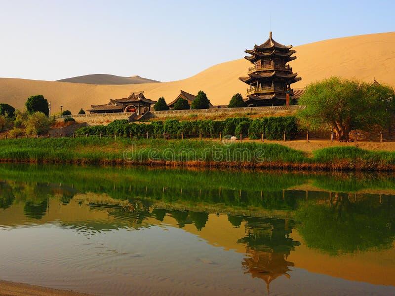 Ημισεληνοειδής άνοιξη φεγγαριών, Dunhuang, Gansu, Κίνα στοκ εικόνα με δικαίωμα ελεύθερης χρήσης