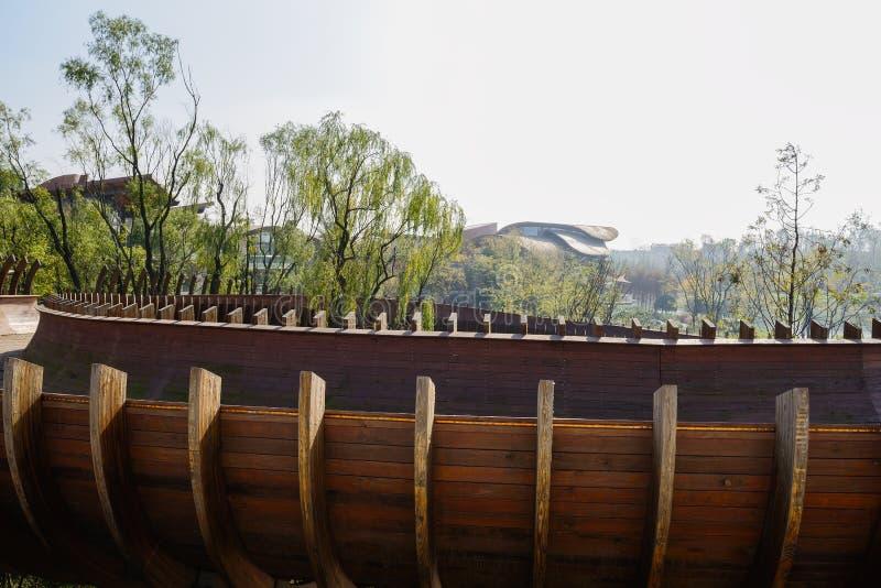 Ημισωληνοειδής ξύλινη γέφυρα για πεζούς στον αέρα το ηλιόλουστο χειμερινό μεσημέρι στοκ φωτογραφία