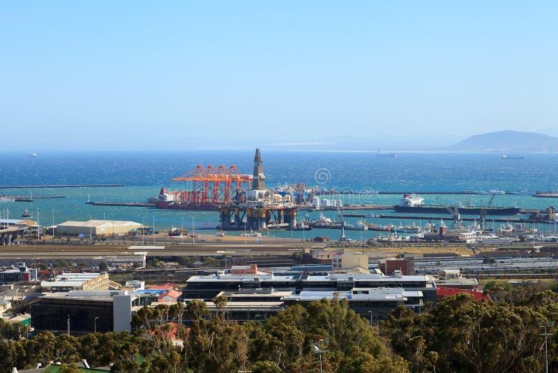 Ημι υποβρύχια εγκατάσταση γεώτρησης διατρήσεων και σκάφος τρυπανιών στο ναυπηγείο μέσα στοκ φωτογραφία με δικαίωμα ελεύθερης χρήσης