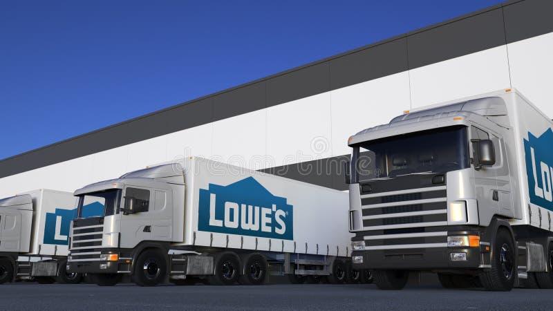 Ημι φορτηγά φορτίου με τη φόρτωση ή την εκφόρτωση λογότυπων Lowe ` s στην αποβάθρα αποθηκών εμπορευμάτων Εκδοτική τρισδιάστατη απ απεικόνιση αποθεμάτων
