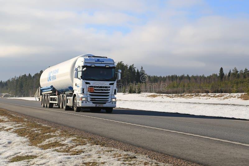 Ημι φορτηγό δεξαμενών Scania στον αυτοκινητόδρομο στοκ εικόνες με δικαίωμα ελεύθερης χρήσης