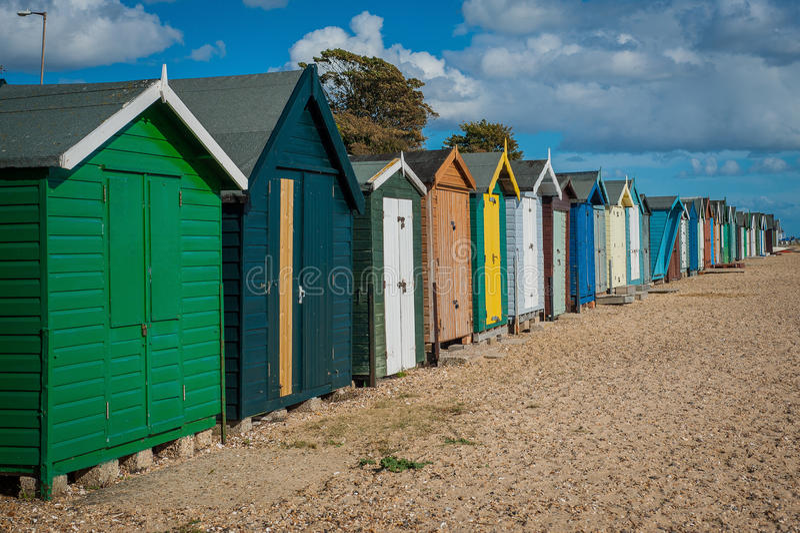 2016 Ηνωμένα Mersea ζωηρόχρωμα σπίτια όμορφη ευρεία παραλία ακτών με τα ενδιαφέροντα κτήρια στοκ φωτογραφία
