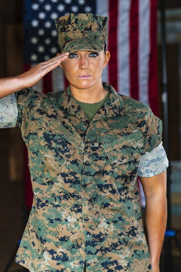 Ηνωμένη θηλυκή θαλάσσια θέτω σε μια στρατιωτική στολή στοκ φωτογραφία