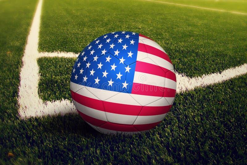 Ηνωμένη σφαίρα στη θέση λακτίσματος γωνιών, υπόβαθρο γηπέδων ποδοσφαίρου Εθνικό θέμα ποδοσφαίρου στην πράσινη χλόη ελεύθερη απεικόνιση δικαιώματος