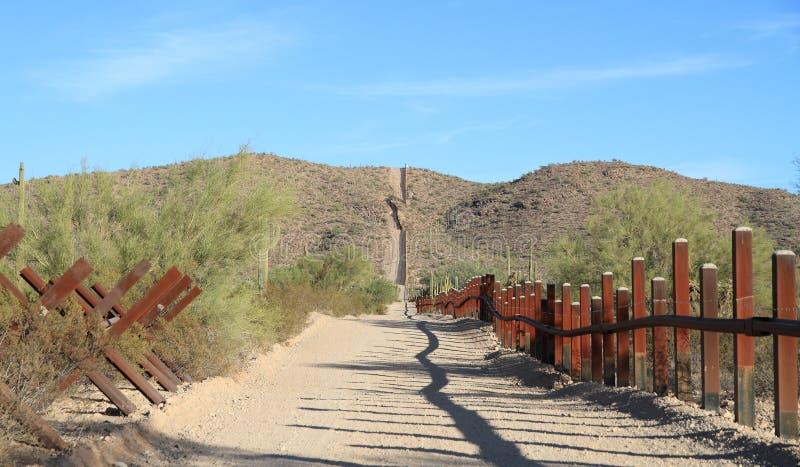 ΗΠΑ - Μεξικάνικα σύνορα στην έρημο Sonoran στοκ φωτογραφίες με δικαίωμα ελεύθερης χρήσης