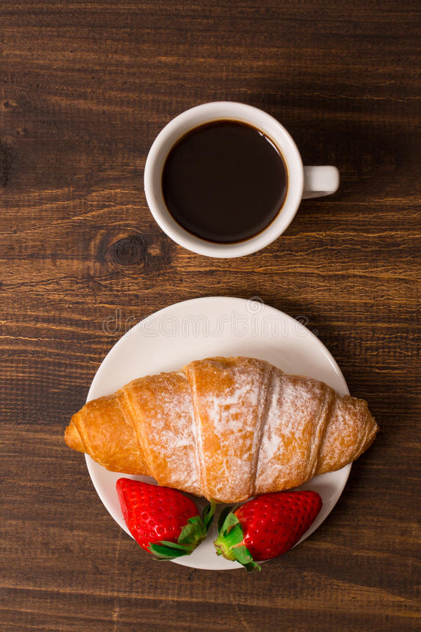 Ηπειρωτικό πρόγευμα με croissant, τους καφέδες και τις φρέσκες φράουλες στοκ φωτογραφίες με δικαίωμα ελεύθερης χρήσης