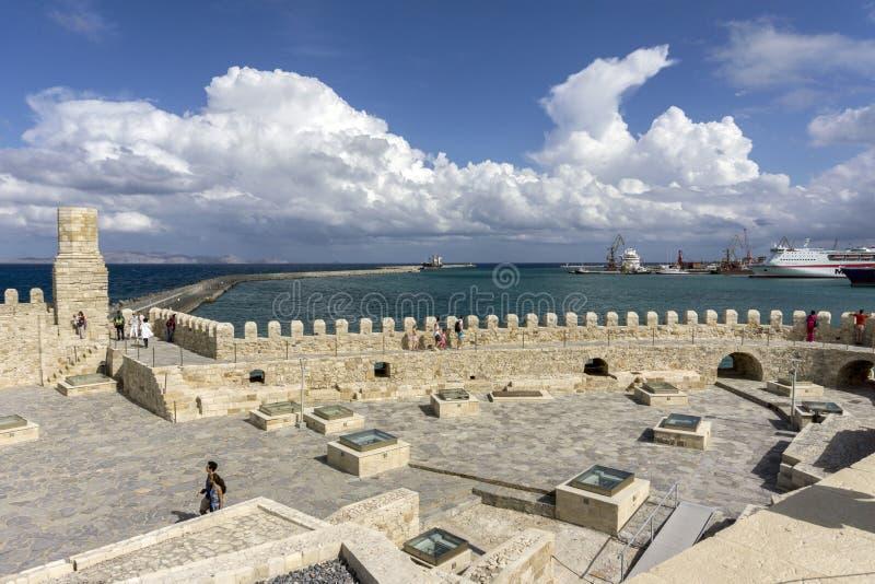 Ηράκλειο, Κρήτη/Ελλάδα Άποψη στεγών του φρουρίου Koules ο λιμένας Ηρακλείου και του νησιού Dia στοκ εικόνες