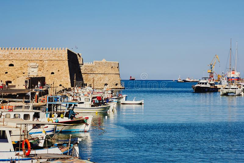 Ηράκλειο, Κρήτη, Ελλάδα, στις 5 Σεπτεμβρίου 2017: Άποψη του παλαιών ενετικών λιμανιού και του φρουρίου Koules στοκ εικόνες