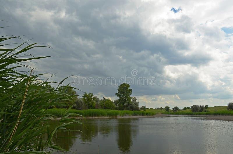 Ηρεμία πριν από τη θύελλα Χωριό Sichkarevka στοκ εικόνα