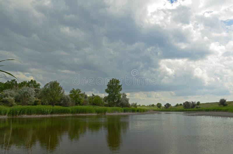 Ηρεμία πριν από τη θύελλα Χωριό Sichkarevka στοκ φωτογραφία