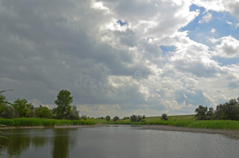 Ηρεμία πριν από τη θύελλα Χωριό Sichkarevka στοκ εικόνα με δικαίωμα ελεύθερης χρήσης