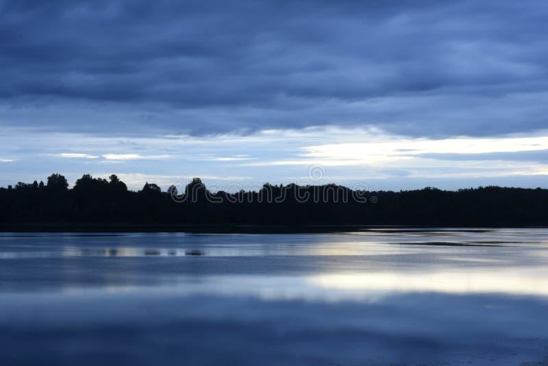 Ηρεμία της Misty πέρα από τον ποταμό το καλοκαίρι στοκ εικόνες