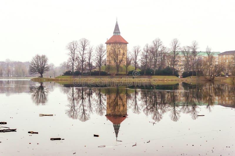 Ηρεμώντας φύση και όμορφες χειμερινές σκηνές γύρω από τη λίμνη στο κέντρο του Μάλμοε στη Σουηδία στοκ εικόνες