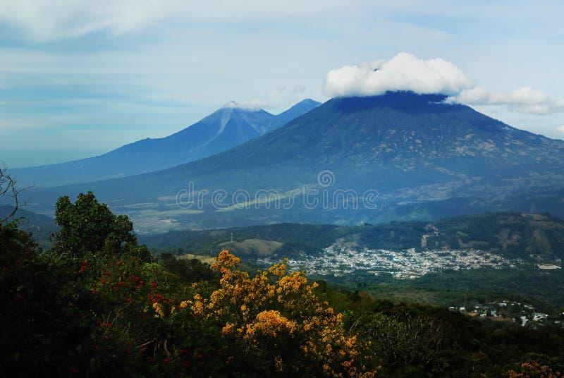 Download ηφαίστεια στοκ εικόνες. εικόνα από βλάστηση, κατοικία - 22792954