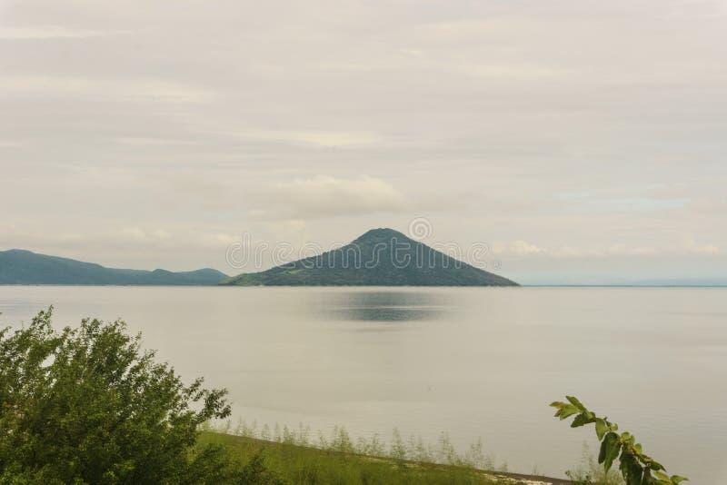 Ηφαίστεια Momotombo και Momotombito πέρα από τη λίμνη Μανάγουα στοκ φωτογραφίες με δικαίωμα ελεύθερης χρήσης