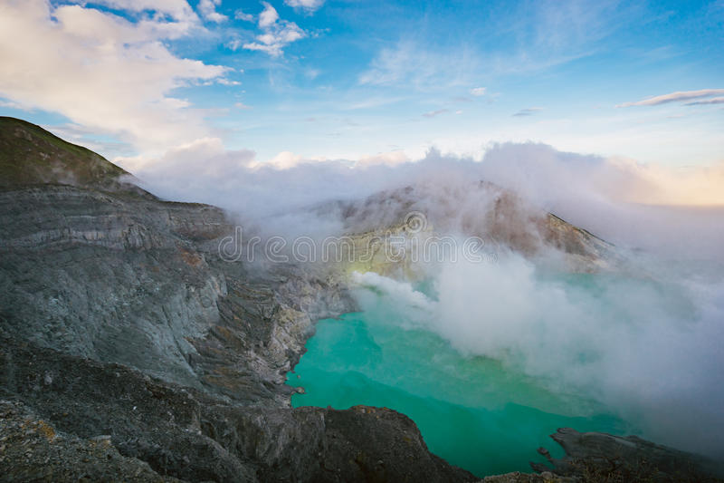 Ηφαίστειο και λίμνη Ijen Kawa κατά την άποψη ανατολής στην Ινδονησία στοκ φωτογραφία με δικαίωμα ελεύθερης χρήσης