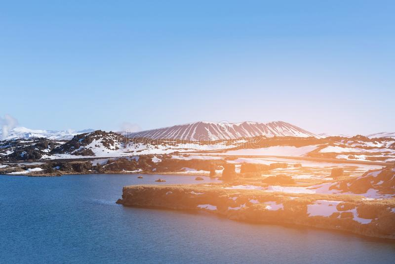 Ηφαίστειο πέρα από τη λίμνη νερού με το σαφές υπόβαθρο μπλε ουρανού, Ισλανδία στοκ εικόνες
