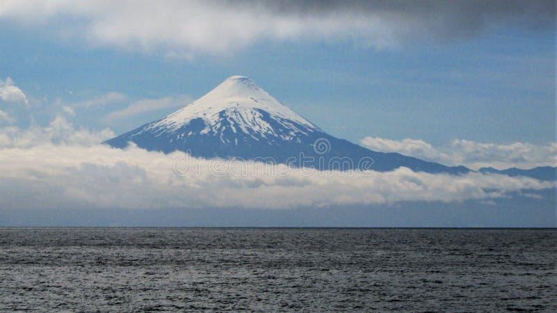 Ηφαίστειο σε Southamerica πέρα από τη λίμνη και τα σύννεφα στοκ φωτογραφία με δικαίωμα ελεύθερης χρήσης