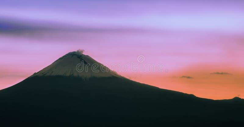 Ηφαίστειο στο ηλιοβασίλεμα colorfull στοκ εικόνα