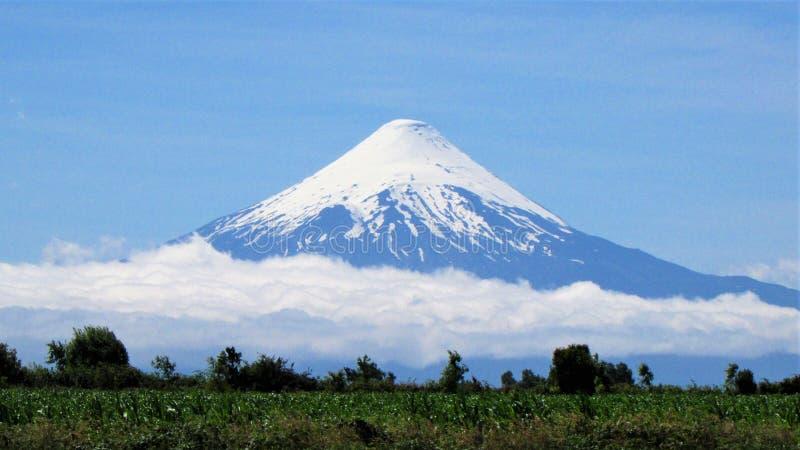 Ηφαίστειο Osorno, λίμνη LLanquihue στη Χιλή στοκ φωτογραφία