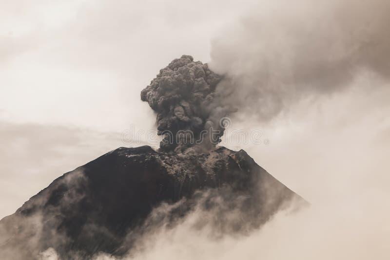 Ηφαίστειο Tungurahua, έντονη δραστηριότητα στο ηλιοβασίλεμα στοκ εικόνα